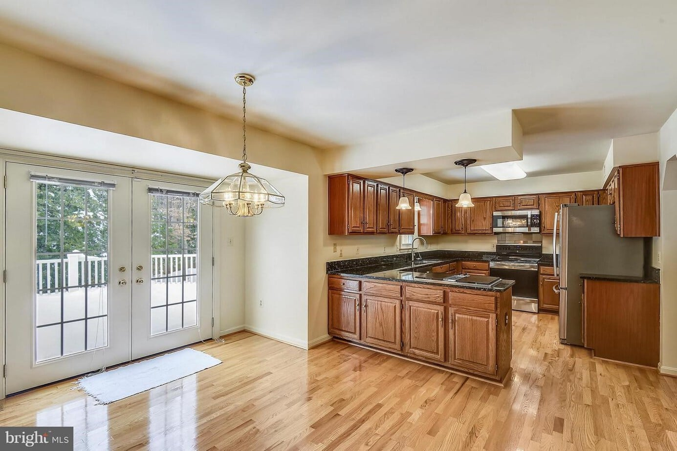 11696 HOLLYVIEW DRIVE, GREAT FALLS, VA 22066 family room and kitchen